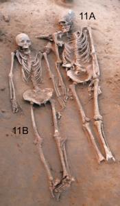 दोन्ही सांगाडे. त्यांची डोकी उत्तरेकडे आहेत. शोध लागला त्यावेळी पुरुषाच्या पायाची हाडे गहाळ झालेली होती. Caption and credit: Anat Cell Biol. 2018 Sep;51(3):200-204