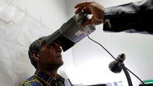 2.नवी दिल्ली, भारत, १७ जानेवारी २०१८, आधार नोंदणी केंद्रात युनिक आयडेंटिफिकेशन (युआयडी) डेटाबेस यंत्रणा ऊर्फ आधारसाठी डोळ्यांच्या स्कॅन प्रक्रियेत सहभागी एक पुरुष. सौजन्य: Reuters/Saumya Khandelwal