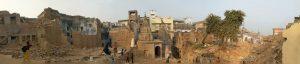 सपाटीकरणामध्ये उभे असलेले मंदिर