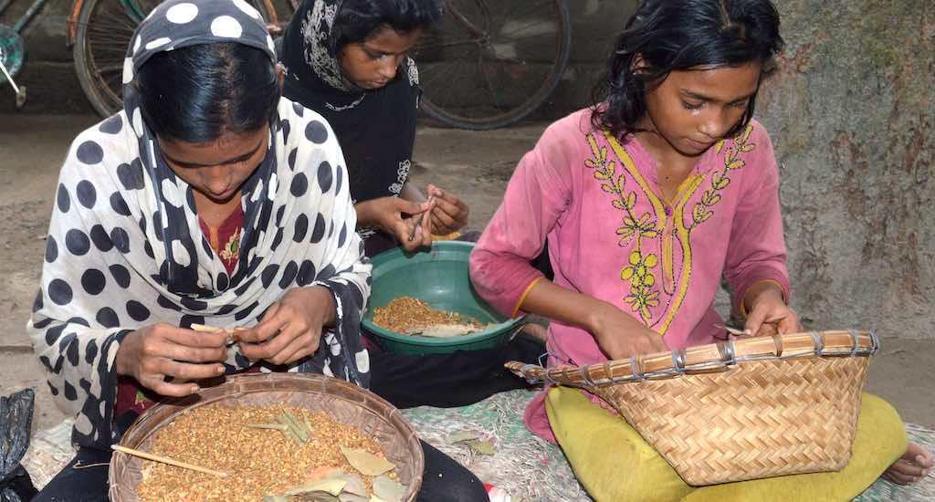 ग्रामीण बंगालमधील मुलींचे लहानपण, बिडी कुस्करते आहे