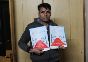 पॉलिसीची कागदपत्रे दाखवताना पुष्पा आणि सुरेश श्रीमाली यांचा पुत्र मुकेश श्रीमाली. सौजन्य: श्रुती जैन.