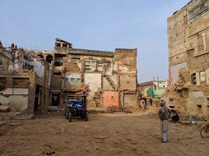 काशी विश्वनाथ मंदिरापासून २०० मीटर अंतरावर पाडापाडी करण्यात आलेल्या जागेवर उभे असणारे कृष्ण कुमार शर्मा