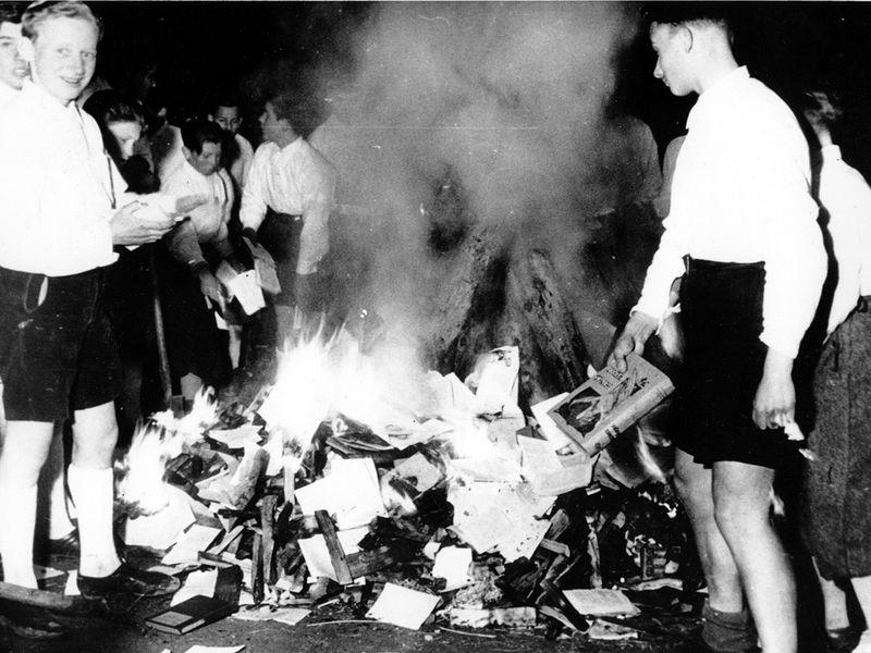 जिथे पुस्तके जाळली जातात,  तिथे माणसेही जाळली जातील