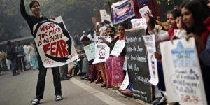 दिल्ली सामूहिक बलात्काराला एक वर्ष झाल्यानंतर निदर्शक घोषणा देताना, नवी दिल्ली १६ डिसेंबर २०१३ (सौजन्य : रायटर्स)