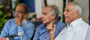 ज्येष्ठ वकील प्रशांत भूषण, माजी केंद्रीय मंत्री अरुण शौरी आणि यशवंत सिन्हा. छायाचित्र - सुभव शुक्ला