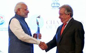 'चॅम्पियन ऑफ अर्थ' पुरस्कार स्वीकारताना पंतप्रधान नरेंद्र मोदी