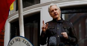 लंडन येथील इक़्वाडोर दूतावासाच्या व्हरांड्यातून वार्तालाप करताना विकीलीक्सचे संस्थापक ज्युलियन असांज. दिनांक १९ मे, २०१७ सौजन्य : रॉयटर्स / पीटर निकोल्स