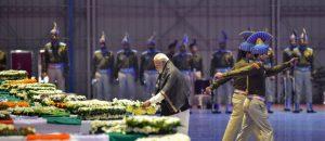 पंतप्रधान नरेंद्र मोदी पुलवामा हल्ल्यामध्ये मारल्या गेलेल्या सी आर पी एफ च्या जवानांना श्रद्धांजली वाहताना. श्रेय: पीटीआय