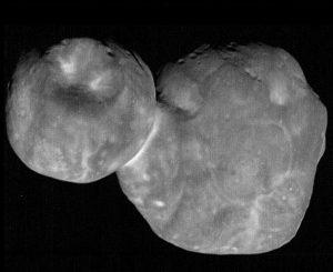 . 'कायपर बेल्ट'वरील '२०१४ एम यु६९' हा तुकडा. दोन्ही टोकांना गोलाकार अशा या तुकड्याची लांबी ३० किलोमीटर आहे. NASA/Johns Hopkins Applied Physics Laboratory/Southwest Research Institute, National Optical Astronomy Observatory