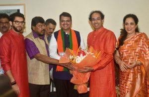 एनडीए नेते रामदास आठवले, देवेंद्र फडणवीस आणि उद्धव ठाकरे महाराष्ट्रातील विजय साजरा करताना श्रेय: पीटीआय