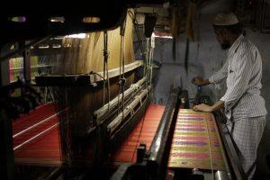 य़ंत्रमागावर विणली जाणारी एक महागडी बनारसी साडी