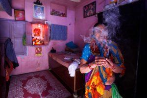 दिल्लीमध्ये घरात पूजा करताना एका हिंदू स्त्रीने लावलेली उदबत्ती. सौजन्य- राऊटर्स/अदनान अबीदी