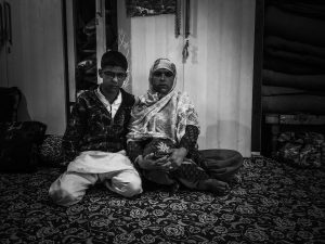 असिफ त्याच्या आई वजीरा अख्तर यांच्याबरोबर. श्रेय: आमिर अलि भट