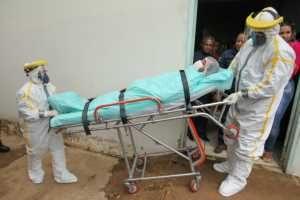 संशयित रुग्णाला दवाखान्यात घेउन जातांना. छायाचित्र: दियागो गुर्गेल / Secom