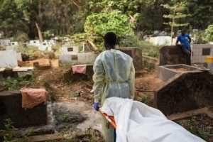 इबोलाने दगावलेल्या रुग्णाचे दफन. छायाचित्र: मार्टीन पेरेट UNPHOTO संयुक्त राष्ट्रे