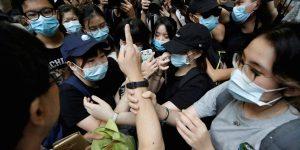 दोन तीन महिने हाँगकाँगचे नागरीक रस्त्यावर आहेत.