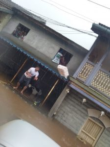 पुरात अडकलेल्या नागरिकांची मदतीची हाक. छायाचित्र सौजन्य -एनडीआरएफ