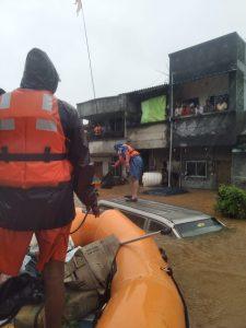 पाण्यात अडकलेल्या नागरिकांना बाहेर काढताना एनडीआरएफ टीम