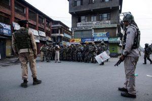 १.५ ऑगस्ट रोजी श्रीनगरमधील लाल चौक परिसरातील माईसुमा येथे सीआरपीएफची एक बटालियन तैनात करण्यात आली. या तुकडीला मार्गदर्शन करताना एक अधिकारी.