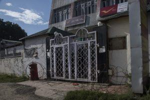 १६.राज्यातील टपाल सेवा बंद आहे. २२ ऑगस्ट रोजी श्रीनगरमधील टपाल कार्यालयाचे टिपलेले दृश्य.