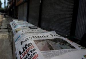 ५.खोऱ्यातील दूरध्वनी, इंटरनेट व मोबाईल सेवा बंद केल्यानंतर वर्तमानपत्रांनाही या बंदीची झळ बसली. केवळ चार पानांची वर्तमानपत्रे प्रसिद्ध होऊ लागली. ११ ऑगस्टच्या सकाळची ही परिस्थिती.