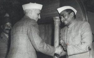 राजेंद्र प्रसाद यांच्या समवेत जवाहरलाल नेहरू. छायाचित्र श्रेय: विकिमीडिया कॉमन्स