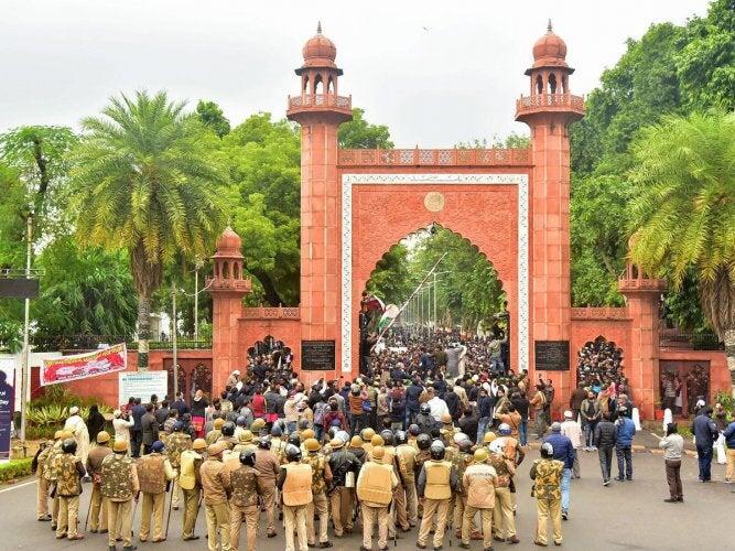 अलिगढ विद्यापीठात पोलिसांची क्रूर मारहाण, अर्वाच्च शिवीगाळ