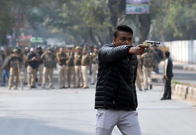 पोलिसांसमोर युवकाचा जामियातील विद्यार्थ्यांवर गोळीबार