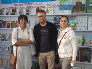 कोलकाता पुस्तक प्रदर्शनामध्ये अनुवादक अनघा भट, लेखक आन्द्रेई गेलासिमव आणि लेखकाची पत्नी.