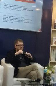 कोलकाता पुस्तक प्रदर्शनामध्ये बोलताना लेखक आन्द्रेई गेलासिमव .