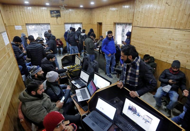 काश्मीरमध्ये माध्यमांवर नियंत्रण मिळवण्यासाठी पत्रकारांचा अपमान