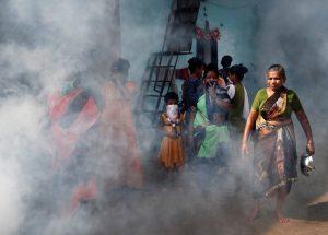 कोरोना विषाणूचा संसर्ग रोखण्यासाठी मुंबई महानगरपालिकेकडून धारावीत निर्जुंतक फवारणी केली जात आहे. ८ एप्रिल,२०२०, छायाचित्र : फ्रान्सिस मस्कारेन्हस, रॉयटर
