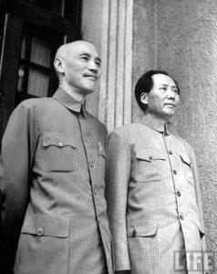 (डावीकडून) चांग काय शेक आणि माओ चे-तुंग यांचे एकत्र छायाचित्र.