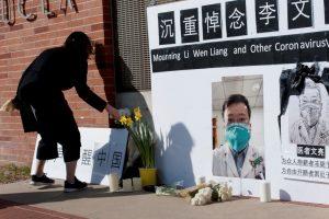 चीनमध्ये संशयास्पद मृत्य झालेल्या डॉ. ली वेनली यांग यांना लॉस- अँजेलिस येथे श्रद्धांजली वाहताना एक महिला.