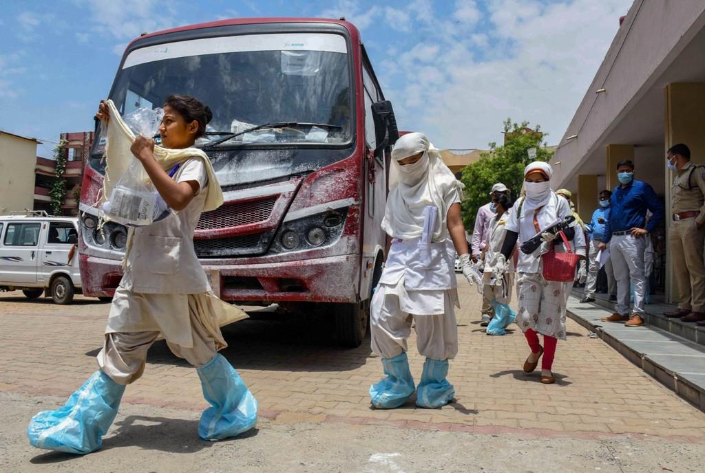 कोरोनाच्या भीतीने मुंबईत ८२ नर्सना घर सोडायला सांगितले