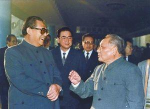 डावीकडून जियांग चमिन, ली पेंग आणि देंग-शाओपिंग.