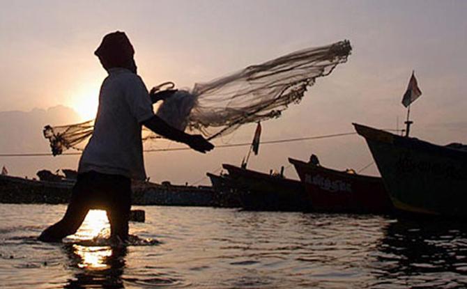 व्यवसाय बुडीत; त्यात मासेमारीच्या कालावधीत कपात