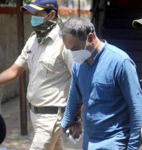 राहुल कुलकर्णी यांना मुंबई पोलिसांनी अटक केली.