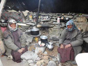 ग्या गावातील मेंढपाळ त्सेरिंग आणि लामो २०१६ च्या हिवाळ्यात न्यायुल येथील कॅम्पमध्ये राहत असतांना. १९८०पासून ग्या सारख्या गावांतील मेंढपाळ कुटुंबांची संख्या कमी झाली आहे. परंतु गुरचराई हा आजही येथील उपजीविकेचा महत्त्वाचा स्त्रोत आहे. छाया: कर्मा सोनम/एनसीएफ