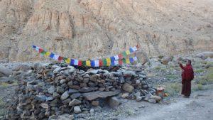 लाटो व्हॅलीत, गे नवांग यांनी शंगडोंगवर मानी अर्थात प्रार्थना कोरलेला दगड बसवला आहे. छाया: कर्मा सोनम/ एनसीएफ