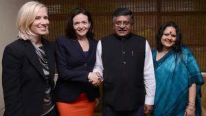 माहिती प्रसारण मंत्री रवीशंकर प्रसाद यांच्याबरोबर फेसबुकच्या मुख्य संचलन अधिकारी मेरील सॅंडबर्ग आणि आंखी दास.