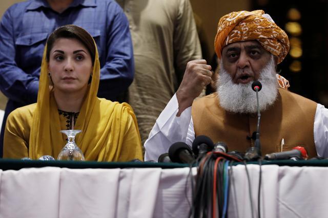 इम्रान खान सरकारविरोधात हजारोंचे मोर्चे