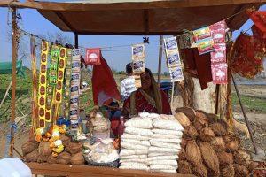 अनिता राजघाटावर नारळ, प्रसादाचं दुकान चालवते.