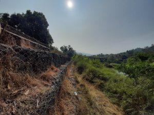 : मुळशी धरणाच्या खालच्या भागातील जमिनीचा ऱ्हास थांबवण्यासाठी बांधावी लागलेली संरक्षक भिंत, फोटो: तेजस पवार