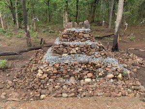 मृतांच्या स्मृतीप्रित्यर्थ आदिवासींनी सिलगेरच्या आंदोलनस्थळी उभे केलेले स्मारक / फोटो क्रेडिट - राजा राठोर