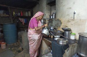 वयाच्या पंचाहत्तरीतही चहा विकून गुजराण करणाऱ्या शेवूबाई भिंगारदिवे.