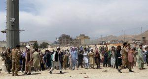 हमिद करझाई आंतरराष्ट्रीय विमानतळाबाहेर मंगळवारी १७ तारखेला झालेली गर्दी.