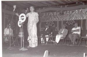 डॉ. गेल ऑमव्हेट यांचे भाषण ऐकताना व्यासपीठावर बहुजन समाज पक्षाचे संस्थापक कांशीराम.